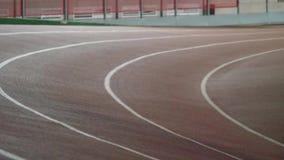 Eseguire pista nell'arena dell'interno di atletica archivi video