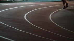 Eseguire pista nell'arena dell'interno di atletica stock footage