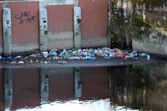 Esempio di inquinamento del fiume, con le bottiglie di plastica immagini stock libere da diritti