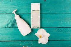 Esencial de Skincare en un fondo de madera Fotografía de archivo libre de regalías