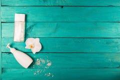 Esencial de Skincare en un fondo de madera Fotos de archivo