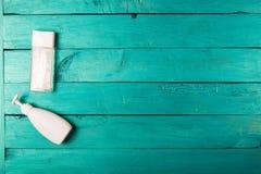Esencial de Skincare en un fondo de madera Fotos de archivo libres de regalías