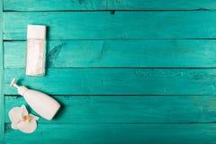 Esencial de Skincare en un fondo de madera Foto de archivo libre de regalías