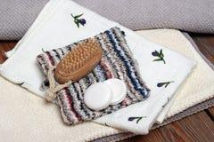 Esencial del balneario incluyendo los jabones, las toallas, los paños del lavado y cepillo Imagen de archivo libre de regalías