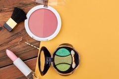 Esencial femenino del maquillaje, fondo del color Foto de archivo