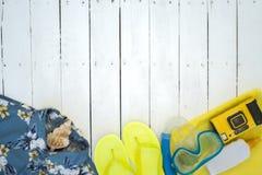 Esencial a ir a la playa el verano sobre un fondo de madera Imágenes de archivo libres de regalías