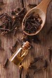 Esencja cloves w butelka makro- pionowo odgórnym widoku obrazy stock