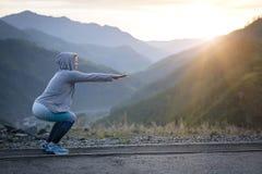 Esercitando donna adulta all'aperto Sport e ricreazione Forma fisica Fotografie Stock Libere da Diritti