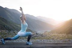 Esercitando donna adulta all'aperto Sport e ricreazione Forma fisica Immagine Stock Libera da Diritti