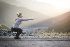 Esercitando donna adulta all'aperto Sport e ricreazione Forma fisica Fotografia Stock