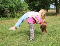 Esercitando le ragazze - allungando Fotografie Stock Libere da Diritti