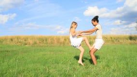 Esercitando le ragazze - bambino che scala sulla giovane donna video d archivio