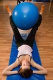 Esercitandosi con una sfera di Pilates Fotografia Stock
