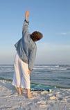 Esercitandosi ed allungare alla spiaggia Fotografia Stock