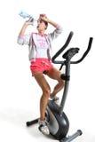 Esercitandosi sulla bici di esercizio Immagini Stock Libere da Diritti