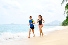 esercitarsi Coppie felici che funzionano sulla spiaggia Sport, forma fisica guar Fotografia Stock Libera da Diritti