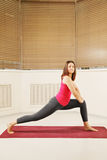 Esercitazione allungando posa di yoga Fotografie Stock Libere da Diritti