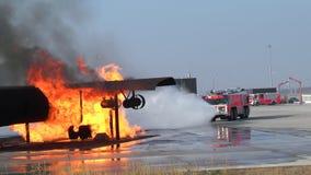Esercitazione antincendio all'aeroporto di Francoforte stock footage
