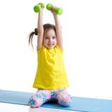 Esercitazione attiva del bambino isolata su bianco Immagini Stock