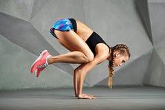 esercitazione dei giovani di yoga della donna Fotografia Stock