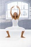 Esercitazione del danzatore di balletto Immagine Stock