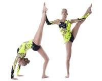 Esercitazione del gymnast di elevata specializzazione delle due donne isolata Immagine Stock
