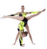 Esercitazione del gymnast di elevata specializzazione delle due donne isolata Fotografia Stock