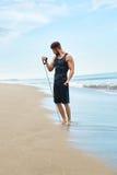 Esercitazione dell'uomo all'aperto, facendo esercizio di allenamento alla spiaggia Forma fisica Immagine Stock