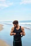 Esercitazione dell'uomo all'aperto, facendo esercizio di allenamento alla spiaggia Forma fisica Fotografia Stock Libera da Diritti