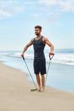 Esercitazione dell'uomo all'aperto, facendo esercizio di allenamento alla spiaggia Forma fisica Immagine Stock Libera da Diritti