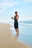 Esercitazione dell'uomo all'aperto, facendo esercizio di allenamento alla spiaggia Forma fisica Fotografie Stock