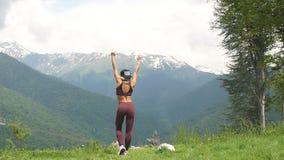 Esercitazione della donna di forma fisica che fa gli esercizi in natura Modello caucasico asiatico femminile adatto di sport dell video d archivio