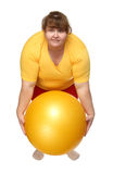 Esercitazione della donna di peso eccessivo con la sfera Fotografia Stock Libera da Diritti