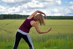 Esercitazione della donna invecchiata mezzo all'aperto Fotografia Stock Libera da Diritti