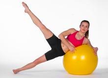 Esercitazione della giovane donna sulla sfera dei pilates Immagini Stock Libere da Diritti
