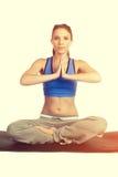 Esercitazione della ragazza di yoga fotografie stock