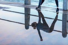 Esercitazione della riflessione della donna in pozza di acqua Fotografia Stock