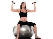 Esercitazione di Dumbbells della donna incinta Fotografia Stock Libera da Diritti