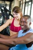 Esercitazione di forma fisica della donna e dell'uomo Immagine Stock
