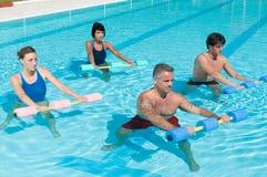 Esercitazione di forma fisica di ginnastica del Aqua con il dumbbell dell'acqua fotografia stock libera da diritti