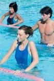 Esercitazione di forma fisica nella piscina dell'acqua Immagini Stock Libere da Diritti