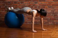 Esercitazione di modello di forma fisica con il fitball Fotografia Stock