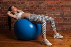 Esercitazione di modello di forma fisica con il fitball Fotografia Stock Libera da Diritti