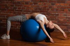 Esercitazione di modello di forma fisica con il fitball Immagini Stock Libere da Diritti