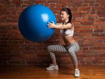 Esercitazione di modello di forma fisica con il fitball Fotografie Stock Libere da Diritti