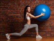 Esercitazione di modello di forma fisica con il fitball Immagine Stock
