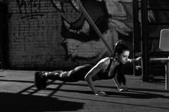 Esercitazione di modello femminile di forma fisica fotografia stock