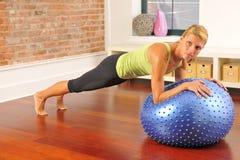 Esercitazione di Pilates con la sfera nel paese Immagine Stock Libera da Diritti