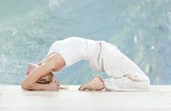 Esercitazione di pratica di yoga della donna Immagini Stock