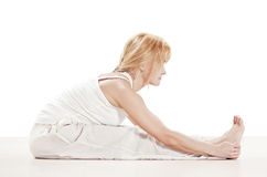 Esercitazione di pratica di yoga della donna Immagini Stock Libere da Diritti